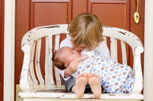 Involucrar al niño en cuidar al bebé