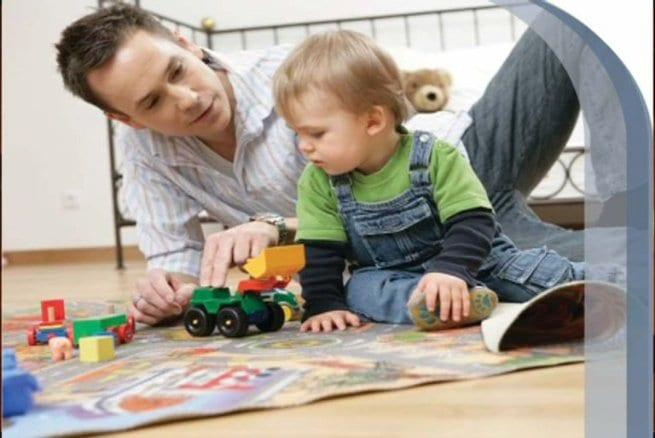 Niño jugando con su padre