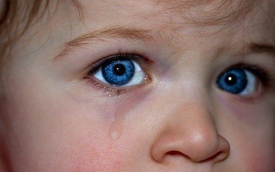 Niño triste y llorando