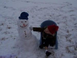 Tristán junto a un muñeco de nieve