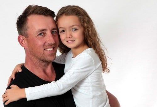 Padre mejorando la autoestima de su hija