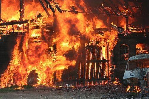 Las casas se incendian y los cuadros de los niños que lloran sobreviven
