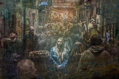 La soledad puede existir entre la multitud
