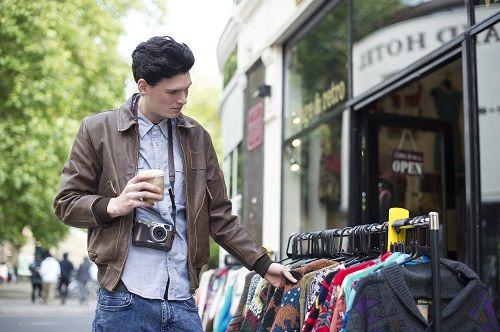 Los hombres tienen diferencias al comprar: se guían por las marcas