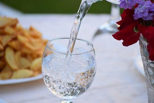 Procurar una buena hidratación para superar el hambre emocional
