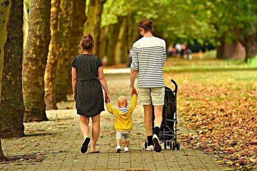 Padres paseando con su hijo