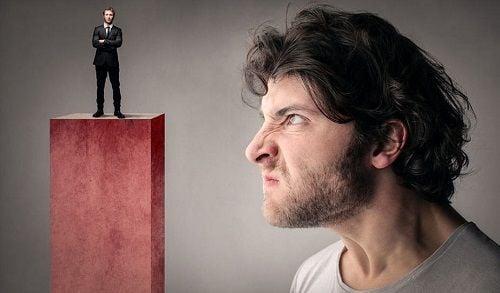El envidioso siente agresividad hacia la otra persona