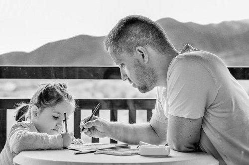 Los padres han de dar ejemplo evitando la envidia.